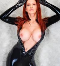 Bianca в черном латексе показывает большую грудь