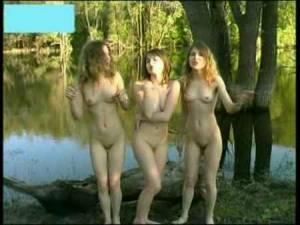 Развратные молодые певицы поют на берегу реки