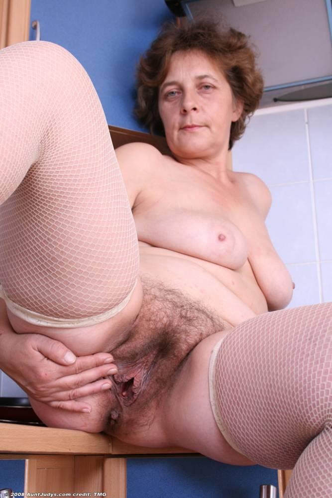 бабушка с разорванной пиздой