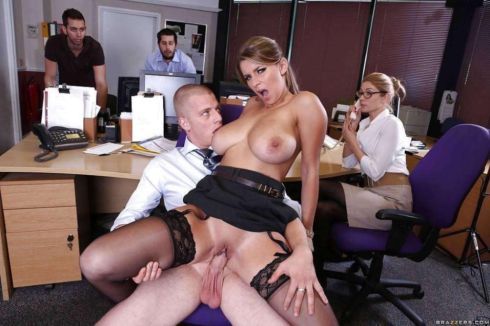 смотреть как девушка трахается в офисе с колегой