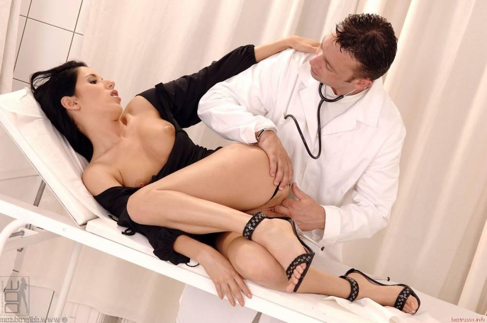 Порно медсестра ласкает свою киску