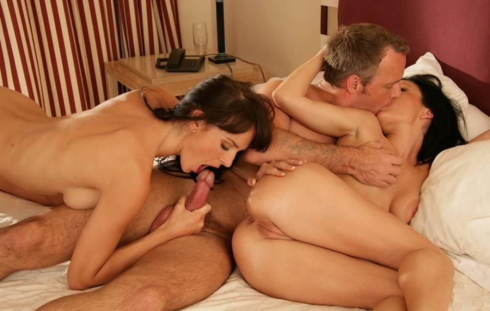 Порно в троем 2 парня 1 девушка