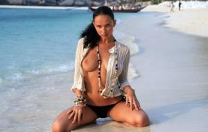 Голые девушки позирют на пляже