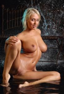 Мокрая 30-ти летняя блондинка пленит своей красотой - фото