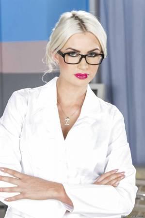 Классная попка медсестры в чулках