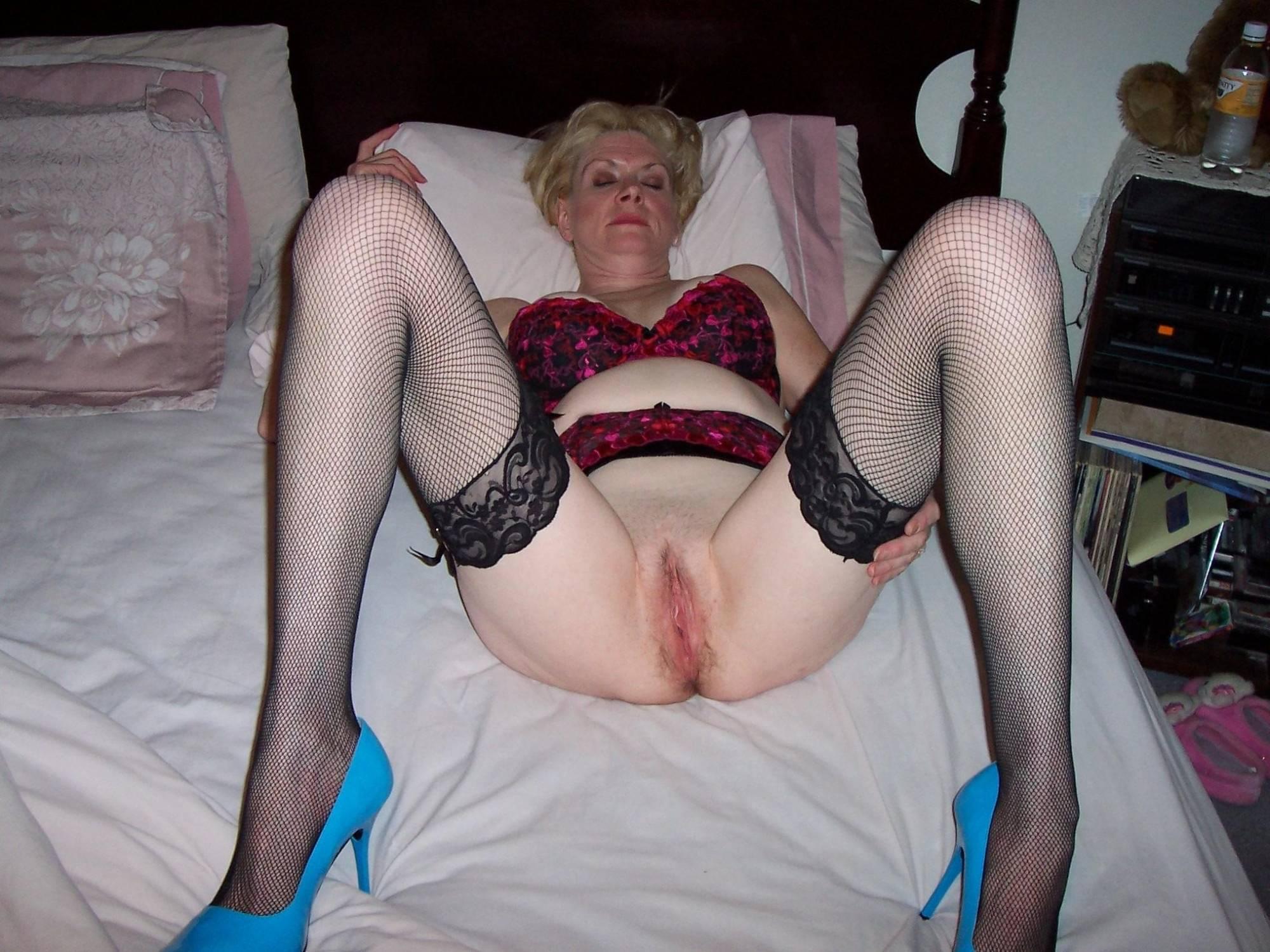Granny slut gets naked