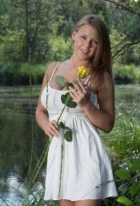 Частная эротика русской красотки Юлии возле пруда
