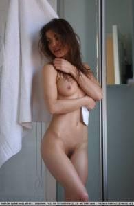 Армянка после душа вытирает полотенцем сексуальное тело