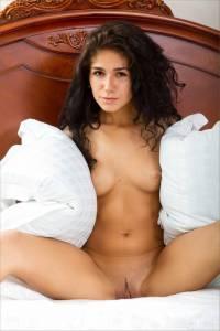 Голая кудрявая армянка позирует в постеле