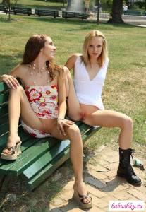Подружки эксбиционистки светят голыми кисками на улицах города