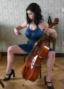 Огромными сиськами пышки виолончелистки