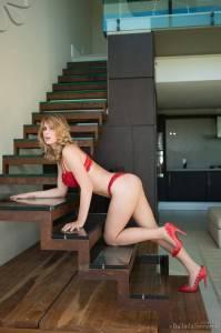 Жена в эротическом красном белье