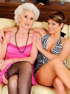 Бабушка лесбиянка развлекается с молодой внучкой