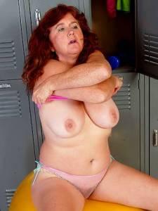 Рыжая старуха с большой грудью нашла приключений на свою волосатую киску