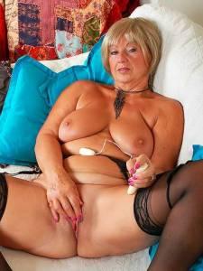 Толстая бабуля хочет получить оргазм для своей пизденки