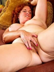 Толстая старуха тыкает в свою волосатую вагину пальцы