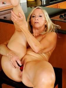 Веселая старушка трахает на кухне свою бритую киску