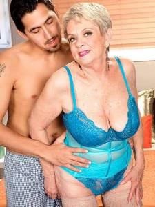 Возбудил старую бабушку перед сексом сжиманием сисек