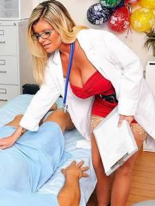 Зрелая врачиха с большими сиськами сосет своему пациенту
