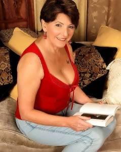 Зрелая женщина в круженвном белом белье