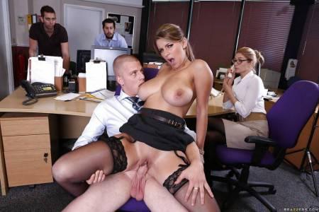 Босс трахает секретаршу в офисе при всех (16 фото)