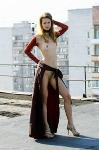 Частные фото русской девушки на крыше дома