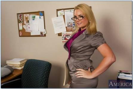 Деловая помощница шефа разделась в офисе