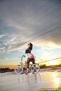Голая Jayden Jaymes устроила эротическую фотосессию с велосипедом на крыше дома
