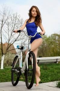 Голая велосипедистка Валентина Наппи в Италии (фото)