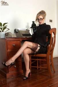 Худая секретарша в очках раздвинула свою рогатку