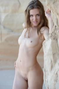 Молодая стройняшка гуляет голая по песчаному (16 фото)