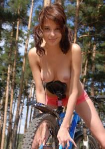 Обнаженные девушки на велосипеде (фото)