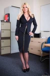 Офисная блондинка с круглыми сиськами и широкими бедрами - фото