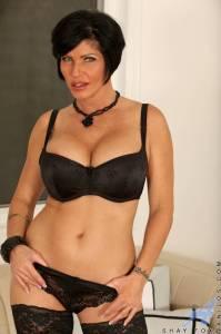 Порнозвезда Шей Фокс (Shay Fox) мастурбирует в черных чулках - фото