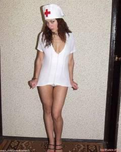 Русская девушка сексуально позирует в костюме медсестры - фото