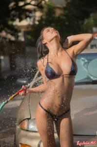 Сексуальная латинка в бикини моет автомобиль - фото