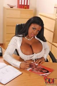 Шоколадная секретарша с большой грудью и задницей ласкает киску фаллосом