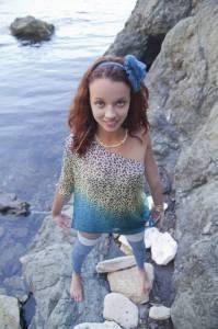 Сказочная девушка показывает пизду на скалах - фото