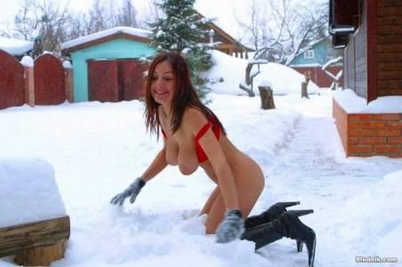 Русская снежная королева зимой на снегу без трусиков