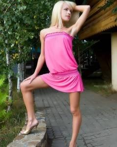 Юная писечка Александры из-под розового платья (фото)